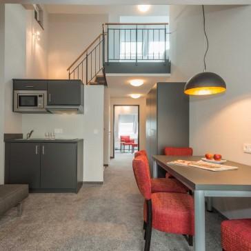 Loft Suite 2 - Wohnraum mit Küchenzeile, Esstisch und Sofa